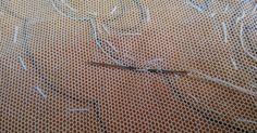 Buenos días, contestando las cuestiones que plantea Asunción de Vicente, intentaré aclarar sus dudas: - Remate del hilo al empezar y acaba... Lacemaking, Tulle Lace, Embroidery Stitches, Diy And Crafts, Tulle, Shape, How To Knit, Bullion Embroidery, Chrochet