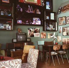 Ψάχνεις πού θα βγεις στο Παγκράτι; Πήγαμε και σου προτείνουμε. Flat Screen, Gallery Wall, Home Decor, Blood Plasma, Decoration Home, Room Decor, Flatscreen, Home Interior Design, Dish Display