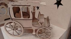 Carro para montar <br>Esse lindo carro antigo feito para montar com seu filho ou para colecionadores de miniaturas. Com cortes à laser, facilmente destacável e necessita de cola para montar. <br>Também pode ser usado para decoração de festas.