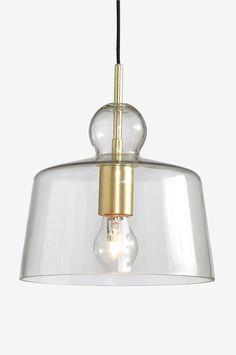Kattovalaisin, jonka varjostin kirkasta lasia ja lampunpidike metallia. Varjostimen korkeus 22 cm. ø 24 cm. Kangaspäällysteinen johto, johdon pituus 1,2 m. Kattopistoke. Iso kanta. Lamppu ei mukana. Eri kokoisilla ja -tyyppisillä lampuilla on suuri vaikutus valaisimen ulkonäköön. Kokeile!