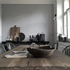 "Leker i nya köket med ""nya"" bordet. Gray Interior, Kitchen Interior, Interior Design, Dinner Room, Industrial Living, Vintage Stil, Deco Design, Love Home, Rustic Elegance"