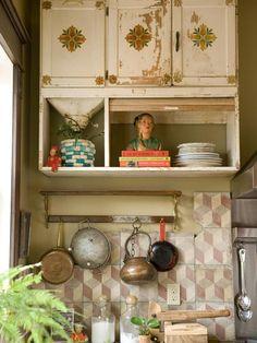 Keltainen talo rannalla: Eteisestä keittiöön