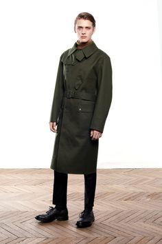LOOK MENページ。英国を代表する老舗ブランド、マッキントッシュの公式ページ。今も19世紀と同じ製法でつくられるゴム引きコートをはじめ、トレンチコートやダウンジャケットなど、着る人の魅力をひきたたせるシンプルでタイムレスなアウターウェアを生み出しています。AW15シーズンより、同じ美意識からつくられるシャツやジャケット、英国靴などその世界が広がっています。