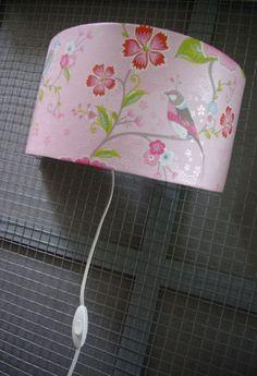 Maak nu zelf een wandlamp voor je babykamer of kinderkamer met ons doe-het-zelf pakket en een rest behang. Voor deze lamp hebben we behang uit de Pip collectie van Eijffinger gebruikt.