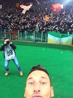 Lo scatto calcistico dell'anno: non poteva che essere il selfie di capitan Totti