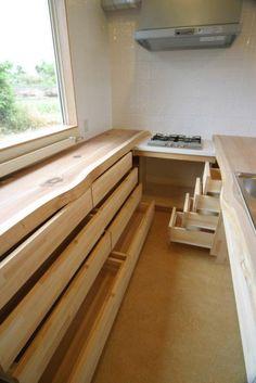 キッチン-造作収納(『須田の家』雄大なロケーションに建つアトリエ付き平屋住宅) - 収納事例|SUVACO(スバコ)