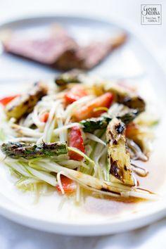 Spargelsalat mit Erdbeeren und dry aged Striploin Steak