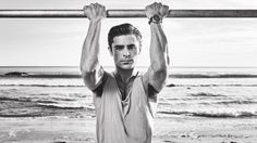 Zac Efron is June's cover star for Men's Fitness. The 28 year-old actor is photographed by Jeff Lipsky for the occasion, heading to the beach for his photo… Celebrity Fitness, Celebrity Workout, Celebrity Style, Zac Efron, High School Musical, Mens Fitness Magazine, Leg Workout At Home, Week Workout, Workout Routines