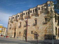 El palacio del Infantado es el edificio emblemático de la ciudad de Guadalajara, pues a su importancia capital en la historia del arte español y occidental, une la característica de ser la expresión más depurada de la historia de un linaje que dio vida a la ciudad durante siglos: Los Mendoza.