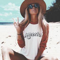 Sentada na areia da praia, e com pose