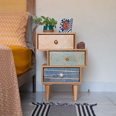 "Aprenda a fazer uma mesa lateral super diferente e colorida, com as gavetas desalinhadas, ou, para os íntimos, ""tortinha"" :P Bohemian Style Bedrooms, Diy Side Tables, Bedside Table Ideas Diy, Painted Bedside Tables, Diy Nightstand, Diy Table, Night Table, Furniture Design, Diy Furniture"