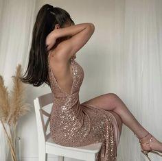 Cekinowa, galowa suknia z głębokim rozcięciem w odcieniu szampańskiego złota. Zapewni Ci look na miarę rozdania nagród filmowych. Głeboki dekolt przykuwa uwagę. Zepnij subtelnie włosy i dołącz dodatki w odcieniu nude.