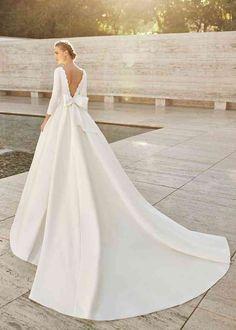 Robes de mariée sur Rosa Clará - EMAL - Mariages.net Simple Wedding Gowns, Lace Wedding Dress, Stunning Wedding Dresses, Wedding Dresses Photos, Bridal Wedding Dresses, Dream Wedding Dresses, Designer Wedding Dresses, Wedding Attire, Rosa Clara Wedding Dresses