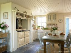 Country Kitchen in a thatched cottage near Portaferry in County Down by Ashley Morrison. Cottage Kitchens, Home Kitchens, Country Kitchens, English Kitchens, Cottage Living, Cottage Style, Irish Cottage Decor, Cocinas Kitchen, Cottage Interiors