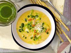 Entdecken Sie unser Rezept für Spitzkohl-Sellerie-Suppe. Mit frisch gehobeltem Pecorino für den zusätzlichen Geschmack. Eine Suppe der Extra-Klasse.