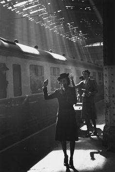 Tearful goodbyes at Paddington Station (London) during WWII. Photo: Bert Hardy, 1942.