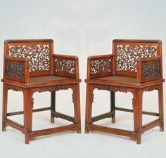 """波士顿美术博物 一对明末清初黄花梨低背透雕岁寒三友玫瑰椅 高40 英寸 (83厘米)、长23英寸 (57.7厘米)、深18英寸 (46厘米),约17世纪。 Sarah Handler 在《中国建筑中的明代家具》写到:""""虽然低背扶手椅的基本形式轻盈精致,但是可能会有精细雕板,如这些椅子上饰有的岁寒三友(松、竹、梅)。松和竹整个严冬都是常绿的,而梅花是第一个在早春开花。因此,这三种树一起代表逆境生存的能力,尤其是学者和官员在政治动荡期间保持正直廉正的能力。"""" 就家具更全面和更详细的描述,请参阅白灵安1996年的《围屏之外:16和17世纪中国家具》,牌号12,波士顿美术博物馆(这些椅子目前在此展出);和Sarah Handler2001年的《中国古典家具的光辉》,牌号6.10,加利福尼亚大学出版社。 这些精致的椅子原属明代家具有限公司,现为爱德华-约翰逊三世收藏。"""