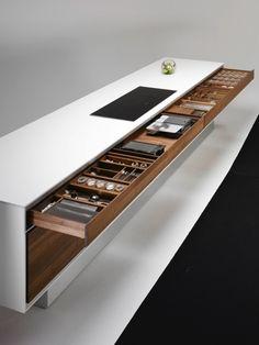 Dans cet article, je vous ai sélectionné 25 plans de travail de cuisine uniques intégrant des surfaces diverses et variées comme le bois, l'aluminium, le granit, le quartz, le corian ou le verre.