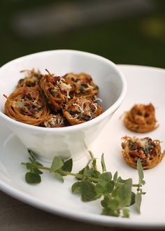 Bite-sized spaghetti nests with chard & bacon: crispy, creamy, smoky, delicious. Gives me an idea Bite Size Appetizers, Appetizer Recipes, Drink Recipes, Holiday Appetizers, Goody Recipe, Great Recipes, Favorite Recipes, Healthy Recipes, Chard Recipes