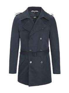 Modischer Trenchcoat von Boss. Der Mantel punktet mit sehr guten Schutzfunktionen bei unangenehmen Wetter. www.hirmer.de #trenchcoat #trend #munich #hirmer #hugoboss #coat #maennermode #menswear #mantel