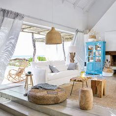 Coastal cottage living area with pure bright schemes outlooking vast sea view giving a complete beach style home Image 25 - SHAIROOM. Coastal Living Rooms, Cottage Living, Coastal Cottage, Coastal Homes, Home Living Room, Living Area, Living Room Decor, Beach Homes, Coastal Farmhouse