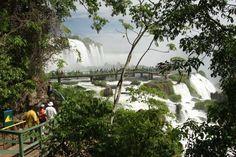 Passarelas e mirantes permitem aos turistas ver as cataratas do Iguaçu de perto, em Foz do Iguaçu