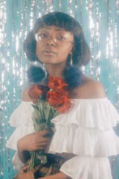 How do I make this soft glowy dreamy effect? Along with the shiny and sparkly effect? Yknow like those dreamy portrait weve seen numerous times in photoshoot these days that emulate the glowy photos. Foto Fantasy, Petra Collins, Photographie Portrait Inspiration, 80s Prom, Black Girl Aesthetic, Aesthetic Fashion, Foto Pose, Mode Inspiration, Black Girl Magic