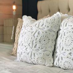 Um caso de amor com a delicadeza dessas almofadas ❤️ Crochê sempre  da um toque muito especial na sua decoração . . Essas lindas estão… Crochet Pillow, Toque, Cushions, Throw Pillows, Knitting, Instagram, Pillow Covers, Girly Girl, Tricot
