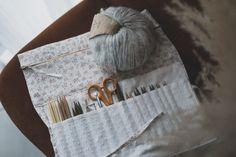 TUTO COUTURE : Coudre une trousse à aiguilles à tricoter – UN MATIN EN VILLE Blog Couture, Loom Knit, Quilt Material, Circular Needles, Clutch Bags