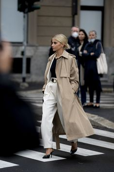 Classy Street Style, Look Street Style, Street Style Summer, Fashionista Street Style, Cool Street Fashion, Work Fashion, Mode Outfits, Fashion Outfits, Trench Coat Outfit