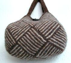 Nu er min 'kiksekage'taske færdig. Den var en fornøjelse at strikke efter Frau Putz s udførlige vejledning. Den strikkede I-cord-kant var ny...