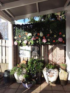 Wil je een houten overkapping bouwen aan de achterzijde of zijkant van je woning? Verleng je woning noemen wij dat. Met deze zogenaamde veranda aanbouw haal je een volledig doe-het-zelf bouwpakket in huis. Het schuine dak, ook wel lessenaarsdak genoemd, zorgt ervoor dat er geen water op je dak blijft staan. Zo spoelt ook veel vuil van zelf al van het dak. #klantfoto #veranda Garden Landscaping, Home And Garden, Landscape, Easy, Plants, Inspiration, Front Yard Landscaping, Biblical Inspiration, Scenery