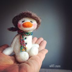 Good Free of Charge felt Snowmen crafts Concepts Snowman Christmas designs may actually be manufactured almost all winter long leaving this Christmas Felt Christmas Decorations, Felt Christmas Ornaments, Christmas Crafts, Felt Snowman, Snowman Crafts, Felted Wool Crafts, Felt Crafts, Wool Felting, Needle Felted Animals