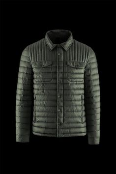 7c91d708962c Urban inspiration for this lightweight man s down jacket. A comfortable and  versatile garment that protects