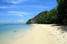 Cette plage de l'île de Ko Yao Yai en Thaïlande est une plage sauvage, loin du tourisme de masse de Phuket. La clarté de l'eau moyenne par rapport aux Iles des alentours comme l'île de Khai. Accès : 30 minutes en bateau depuis Phuket Activités : Louer un scooter pour faire le tour de l'île,…