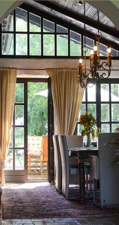 Das #Esszimmer mit Ausgang auf die Terrasse ist ein Highlight des #Bauernhauses in #Lamprechtshausen nahe #Salzburg. Home Decor, Decor, Curtains