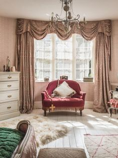 Large country cottage in Frome Vintage Apartment, London Apartment, Simple Interior, Interior Design, Shabby Chic Bedrooms, Romantic Bedrooms, Pearl Lowe, Hogwarts, Fantasy Rooms