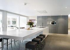 ekijk hier onder maar eens een aantal mooie afbeeldingen waar je een tafelblad vast hebt zitten aan de keuken. Als eerste een strakke keuken.