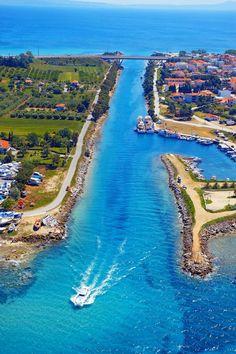Ποτίδαια.Το ωραιότερο κανάλι της Ελλάδας: Πεύκα ως τα τιρκουάζ νερά και βάρκες αγκυροβολημένες κάτω από τα σπίτια