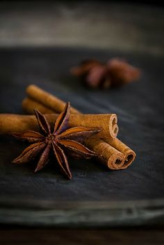 Star anise and cinnamon - perfect for a winter punch Seelenschmeichelei.blogspot.de Low Key Photography, Dark Food Photography, Black Pepper Plant, Christmas Food Photography, Foto Macro, Still Life Photos, Spices And Herbs, Star Anise, Sweet And Spicy