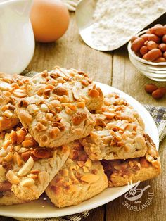I Quadrotti con le noccioline senza glutine sono perfetti come snack per un pieno di energia! Belli ricchi, sono ottimi per ricaricare le batterie!