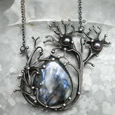 Neurony...na přání Volné pokračování kolekce Soustavy nejen ve vesmíru... Šperk je vyroben z cínu, překrásného labradoritu a dvou pravých perliček. Rozměry šperku jsou 6 x 7 cm. Šperk je zavěšen na řetízku délky 45 cm, který je zakončen ručně vyrobeným zavíráním. Při výrobě nepoužívám žádné kupované komponenty, vše je ruční práce. Na záčátku ...