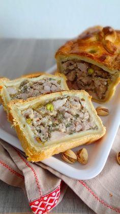 Pâté en croûte maison Pour la pâte : 700 g de farine 100 g de beurre (pommade) 12 g de sel 170 mL d'eau Pour la marinade : 400 g de gorge de porc dégraissée (ou épaule ou collet) 400 g d'épaule de veau 1 carotte 1 oignon 1 bouquet garni (thym laurier) 1 poignée de persil plat ½ L de riesling d'Alsace 1 poignée de pistache décortiquée 50 g de farine 1 œuf 1 jaune d'œuf + 1 cuillères à soupe de lait pour la dorure Pour la gelée : Gelée de madère en sachet 500 mL d'eau -