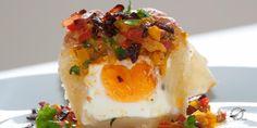 Huevo en nido de hojaldre con sofrito de pimentones de colores y tocineta.