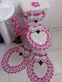 Crochet Owl Bathroom Set with Free Pattern is so beautiful. This set contains 4 crochet pieces, two crochet rugs to the floor, and two for the toilet. Crochet Home Decor, Crochet Crafts, Crochet Projects, Crochet Owls, Crochet Doilies, Knit Crochet, Owl Patterns, Knitting Patterns, Crochet Patterns