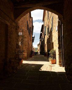 A magic place 😍 🔝 Tuscany Italy, Medieval, Magic, Explore, Places, Apartments, Nature, Travel, Italia