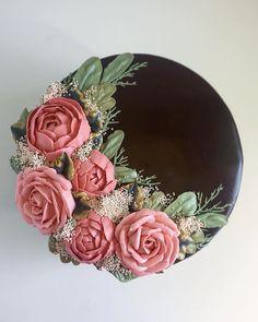Cake Art Buttercream Frosting Leslie Vigil – Pin to pin Cake Decorating Designs, Creative Cake Decorating, Cake Decorating Techniques, Creative Cakes, Cake Designs, Flores Buttercream, Buttercream Flower Cake, Buttercream Frosting, Fondant Flower Cupcakes