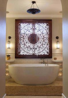 Fenêtre de salle de bain astucieusement transformée en mandala tibétaine illuminée