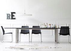 TWIST krzesła do salonu. Stół EDGE i lampa LE KLINT, czyli dobry design