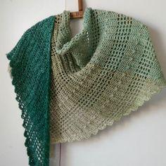 Uit één bol Wol zo Eerlijk verloopgaren van biologisch katoen haak je al een mooie shawl, bijvoobeeld de Perfect Darkness shawl van Wieke van KEulen